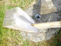Fig 4 paal met gleuf en plank.JPG