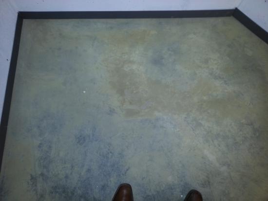 Gepolierde betonnen keldervloer kuisen   Bouwinfo
