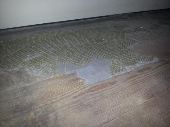 Tapijtlijm verwijderen van hout