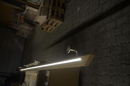 Houten trapleuning met led-strip | Bouwinfo