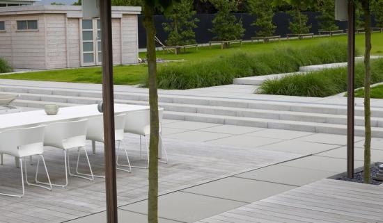 Combinatie voor terras van gepolierd beton en hout bouwinfo