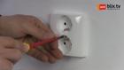 Afwerken van dubbel compact stopcontact