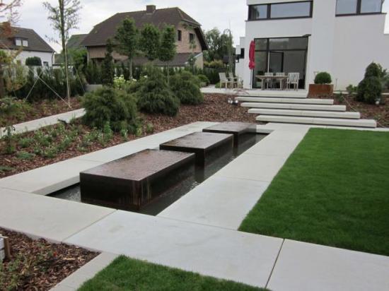Constructies in voortuin oprit niveauverschillen for Trap tuin aanleggen