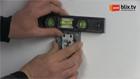 Dubbel compact stopcontact in inbouwdoos steken