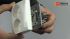 Sierplaat van dubbel compact stopcontact verwijderen